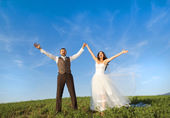 Newly married couple portrait with blue sky — ストック写真