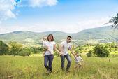 Doğada mutlu bir aile — Stockfoto