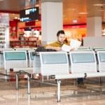 hombre joven en el aeropuerto se va de vacaciones — Foto de Stock   #42474811