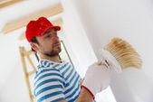 Homem pintando as paredes — Foto Stock