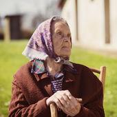 Stara kobieta relaksujący — Zdjęcie stockowe