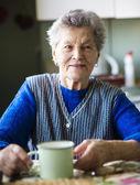 Anciana en la cocina — Foto de Stock