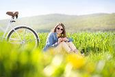 Ung kvinna med cykel — Stockfoto