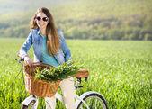 バイクを持つ若い女 — ストック写真