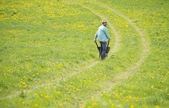Rolnik z taczki w dziedzinie — Zdjęcie stockowe