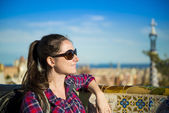Tourist posing in Parc Guell — Stock Photo