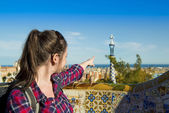Tourist posing in Parc Guell — Foto Stock