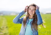 Girl in green field — Stockfoto