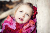Girl wrapped in blanket — Stockfoto