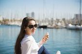 Kvinna sitter på piren — Stockfoto