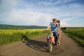 Retro motosiklet üzerinde çift — Stok fotoğraf