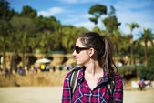 Tourist in park with palms — Stock fotografie