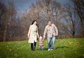 Jonge gezin lopen — Stockfoto