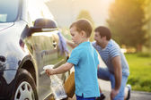 Father with son washing car — Stockfoto