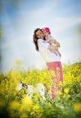 Moeder met plezier met dochter — Stockfoto
