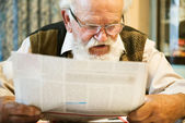 Man reading the newspaper — Stockfoto