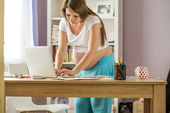 Frau arbeitet auf laptop — Stockfoto