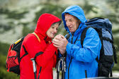 Tourist couple feel cold — Foto de Stock