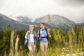 Tourist couple at mountains — Foto de Stock