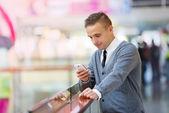 Homem usando o celular — Fotografia Stock