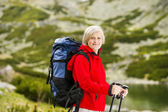 Woman hiking at mountains — Foto de Stock