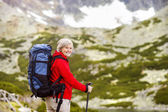 Woman hiking at mountains — Stockfoto