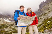 Hikers couple looking at hike map — Foto Stock