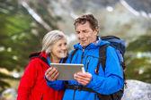 пожилые супружеские пары, используя карту на планшете — Стоковое фото