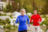 Äldre par jogging — Stockfoto