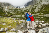 Tourist couple hugging at mountain — Stock Photo