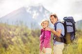 пара пешие прогулки в горы — Стоковое фото