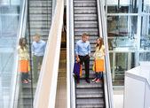пара спуститься на эскалаторе — Стоковое фото