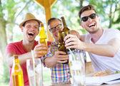 Amis, boire de la bière — Photo