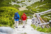 Tourist couple hiking at mountains — Stock Photo