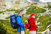 Tourist couple hiking at mountains — Stock Photo