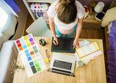 Mujer con la tableta digital y lápiz — Foto de Stock