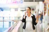 在电话上交谈的商界女强人 — 图库照片