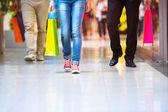 Personas con bolsas de compras — Foto de Stock