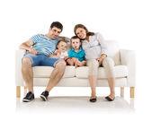 Rodzina siedzi na kanapie — Zdjęcie stockowe