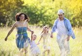 Familie auf sonnigen wiese — Stockfoto