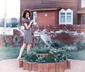 Vrouw in tuin — Stockfoto