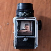 Człowiek i stary aparat — Zdjęcie stockowe