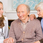 casal de velhos no médico — Foto Stock
