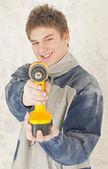 Joven constructor sonriente en la construcción — Foto de Stock