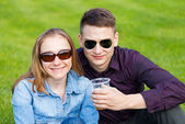 幸せな若いカップル — ストック写真