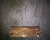 Ancienne plaque métal rouille sur un vieux mur — Photo
