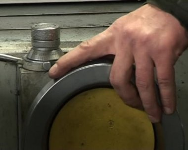 Worker handles metal piece on the lathe — Stok video