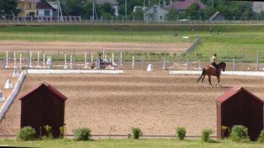 人们骑的马 — 图库视频影像