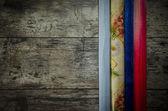 Staré dřevěné pozadí s barevný papír — Stock fotografie
