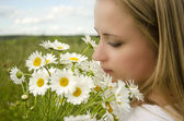 Beautiful girl with daisies, summer fun concept — Stockfoto